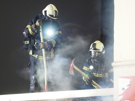 FW-MK: Feuer im Hinterhof – 3 Personen verletzt