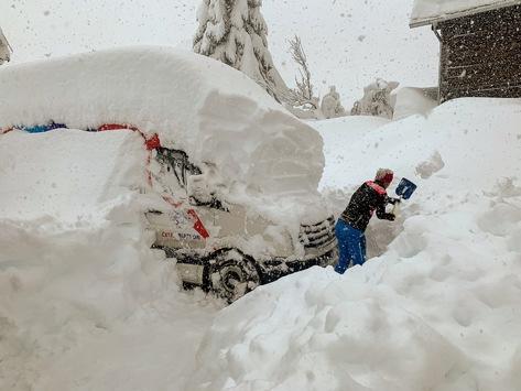 Schnee ist in den Alpen normal, aber die aktuellen Schneemassen von mehr als 2 Meter sind extrem / Aktuell herrscht höchste Lawinengefahr / In den Tälern bereitet noch etwas anderes Sorgen