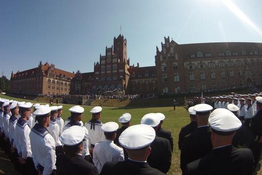 Die Marineschule Mürwik verabschiedet die Offizieranwärter*innen der Crew 2020