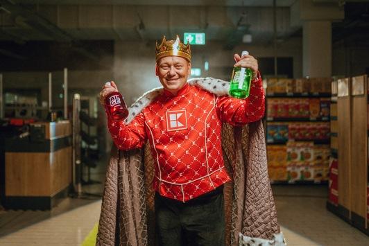 """""""König Knossi"""" präsentiert seinen Likör """"Alge"""" bei Kaufland"""