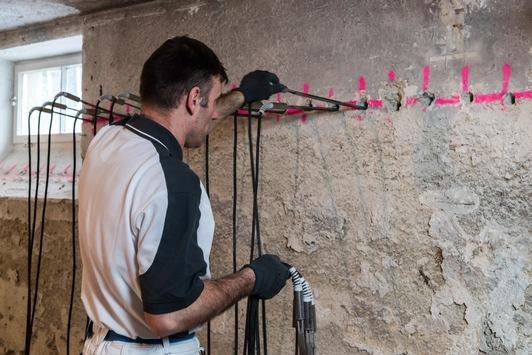 Aufsteigender Feuchte einen nachhaltigen Riegel vorschieben / Horizontalsperre mit Spezialparaffin hält Mauerwerk trocken