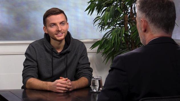 """Bibel TV das Gespräch mit Philipp Mickenbecker: """"So real ist Gott für mich"""" / Der 23-jährige Youtuber trotzt seiner schweren Krankheit mit ungebremstem Lebensmut – und seinem starken Glauben an Gott."""