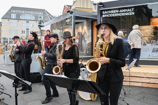 """Halle tanzt auf der EinheitsEXPO: """"Saxlust"""" tritt auch die kommenden beiden Sonntage am Sachsen-Anhalt-Cube auf"""