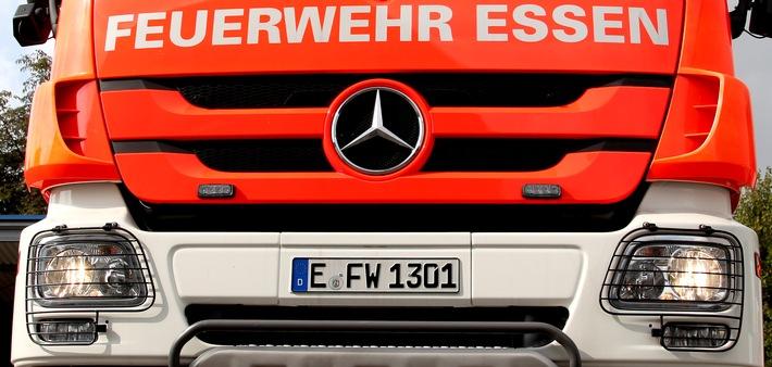 FW-E: Freiwillige Feuerwehr Essen-Burgaltendorf unterstützt mit Spezialgerät in Langenfeld, Regenrückhaltebecken muss abgepumpt werden, um das Abwassersystem zu entlasten
