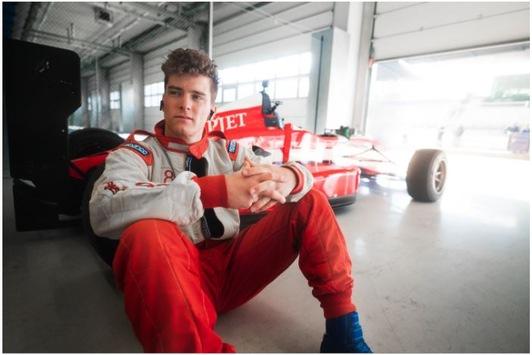 Motorsporterlebnisse für PS- und Adrenalinjunkies: Influencer und Profi-Biker Elias Schwärzler eröffnet die Formel 1 Saison bei Jochen Schweizer