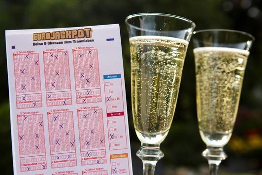 Volltreffer in Deutschland: / Eurojackpot-Glückspilz aus Hessen gewinnt 90 Millionen Euro