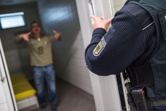 BPOL NRW: Randalierer greift mit Spritze an; Festnahme durch Bundespolizei
