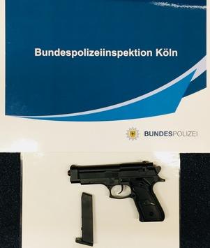 BPOL NRW: Reisende mit Pistole bedroht; Bundespolizei nimmt 18 Jährige mit Spielzeugpistole fest