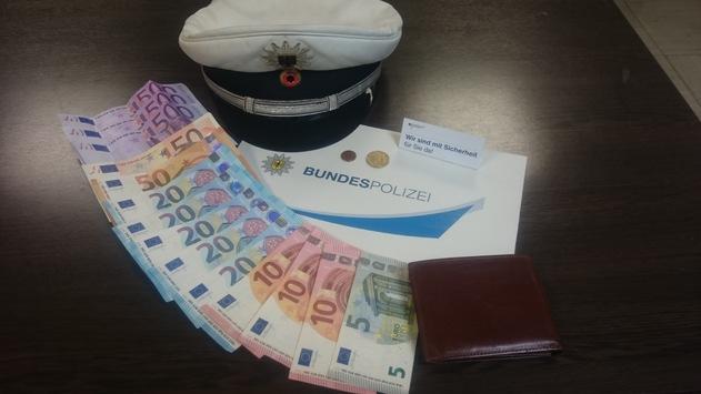 BPOL NRW: Bundespolizei stellt Geldbörse mit 1735 Euro sicher – überglücklicher Besitzer verspricht Belohnung des Finders