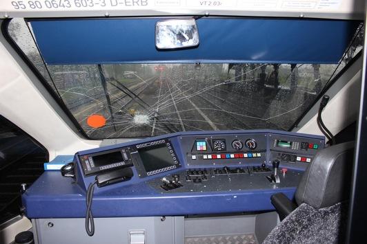 BPOL NRW: Gefährlicher Eingriff in den Bahnverkehr, Unbekannter wirft Glasflasche von Straßenbrücke gegen Frontscheibe eines Zuges -Bundespolizei bittet um Zeugenhinweise-
