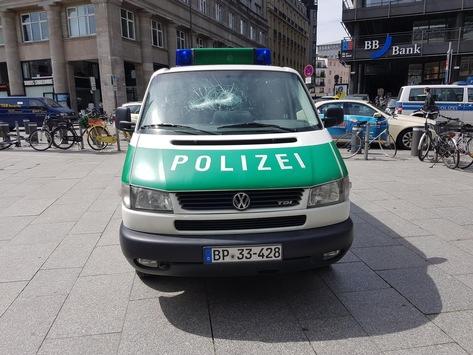 BPOL NRW: Dienstwagen der Bundespolizei zerstört