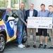 Ilan Kriesi (redkey GmbH) et Christian Wellauer (Lexus Suisse) remettent à Alain Biner, CEO de Smiling Gecko, le chèque des ...